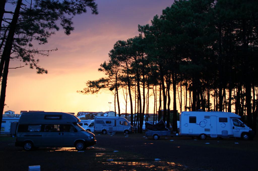Wohnmobilstellplatz in Contis Plage neben Pinien vor Sonnenuntergang