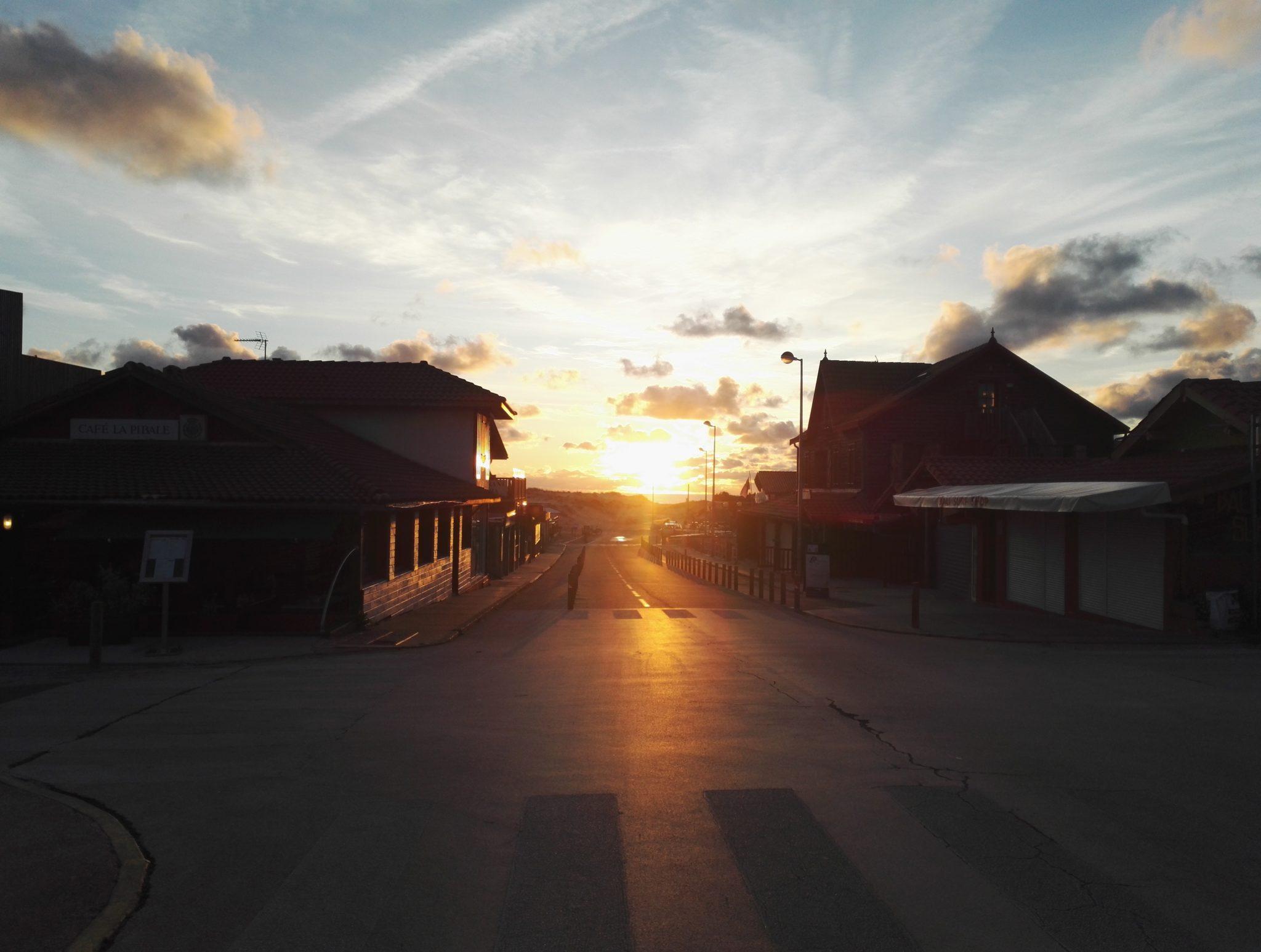 Straße durch Contis Plage bei Sonnenuntergang Frankreich