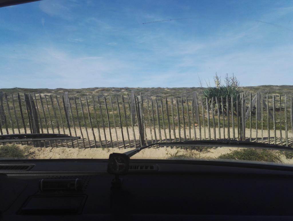 Blick aus VW Frontscheibe auf Düne in Capbreton