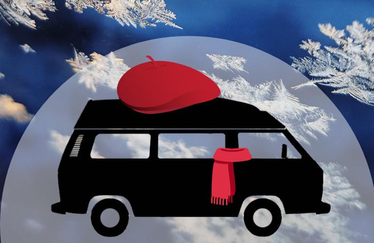Bulli winterfest mit Schal und Mütze vor Schneeflocken