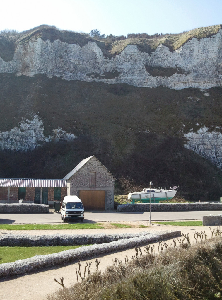 VW T3 auf Parkplatz vor Kreidefelsen in Frankreich