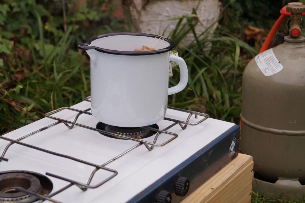 Gaskocher im Freien mit Topf aus Emaille