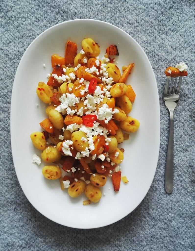 Gnocchi mit Kübis und Chili-Honig-Butter vor grauem Hintergrund