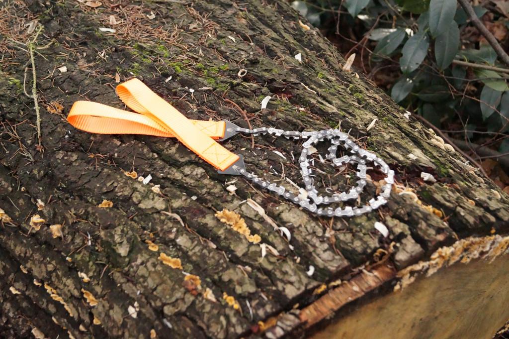 Handkettensäge auf Baumstamm Camping Zubehör