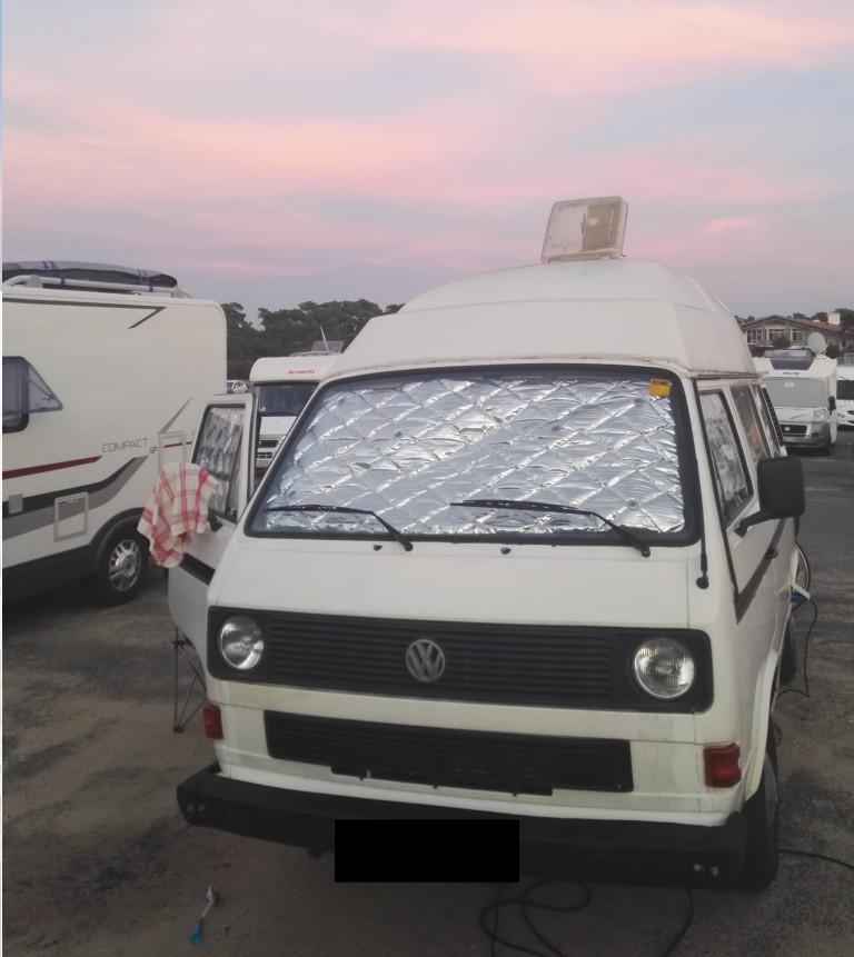 weißer VW T3 auf Stellplatz in Capbreton