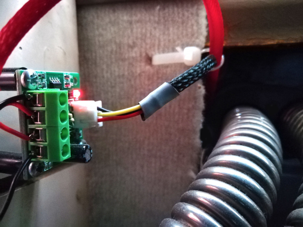 Stufenlose Spannungsregelung eines PC-Lüfters im VW T3 hinter dem Kühlschrank