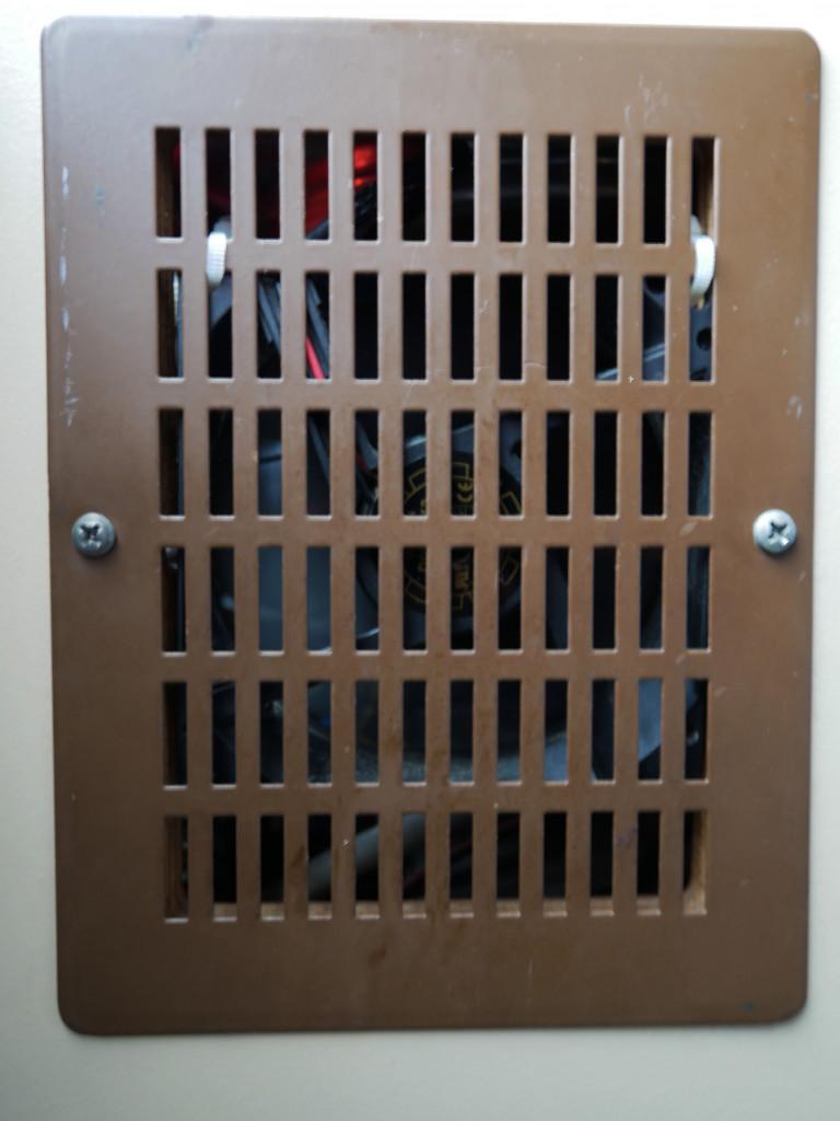 12V Lüfter hinter Lüftungsgitter im Bulli, zur Effizienzsteigerung des Kühlschranks