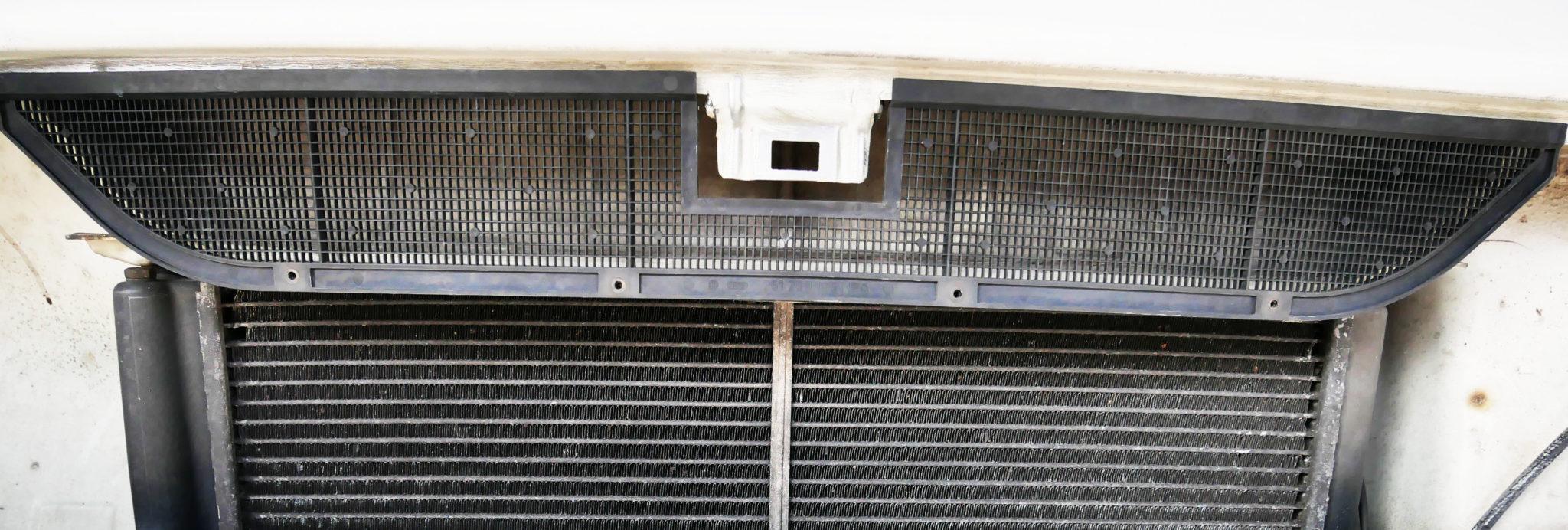 Lüftungsgitter VW T3. Es soll verhindern, dass grober Dreck aus der Umwelt in den Gebläsekasten gelangt.