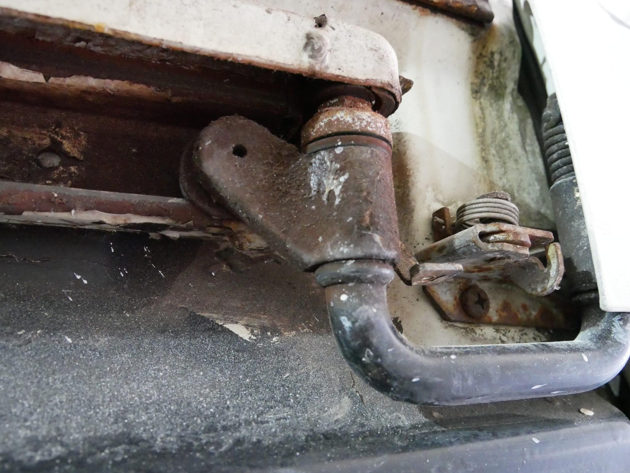 Tragrolle der Schiebetür reinigen und auf defekte Kugellager prüfen