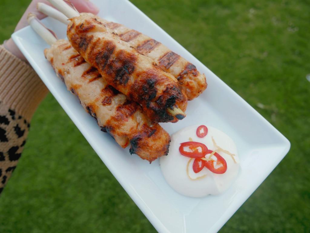 Gegrillte Fisch-Spieße mit Crème Fraîche Dip