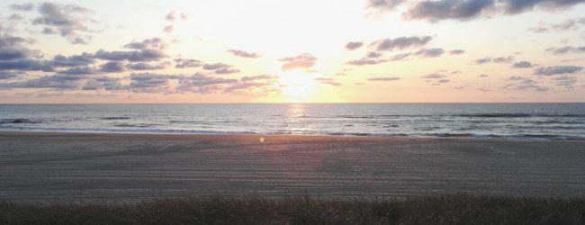 Sand, Düne und Meer vor Sonnenuntergang in Contis Plage