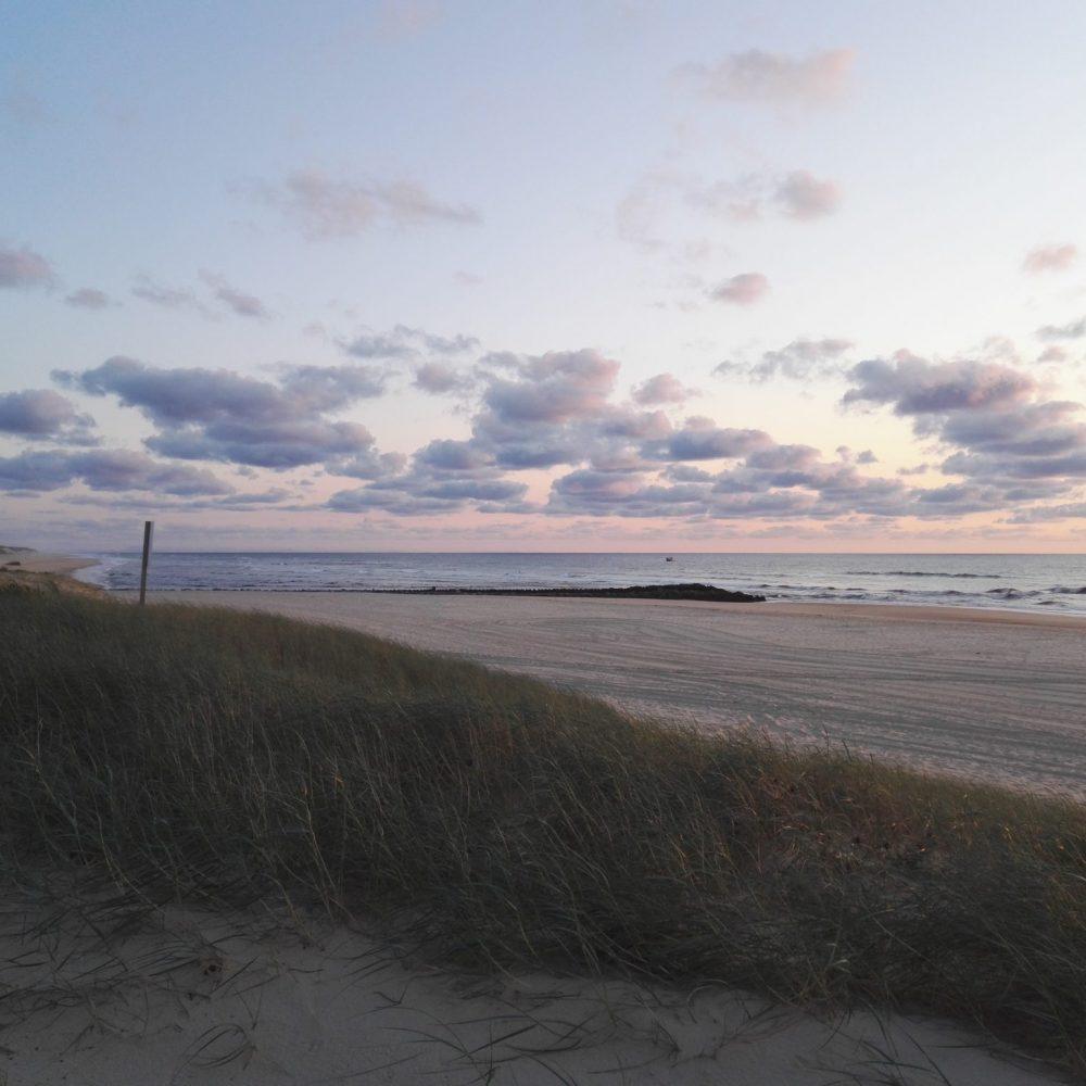 Strand bei Sonnenuntergang in Contis Plage Frankreich