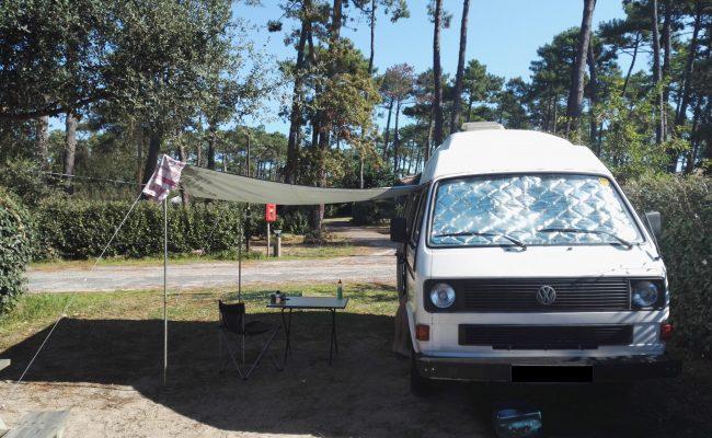 weißer VW T3 Bulli auf Campingplatz