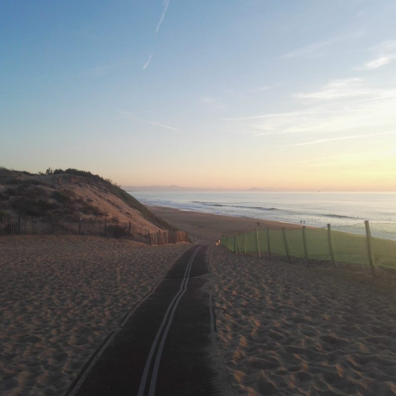 Weg über Düne zum Meer in Südfrankreich Cap Breton bei Sonnenuntergang
