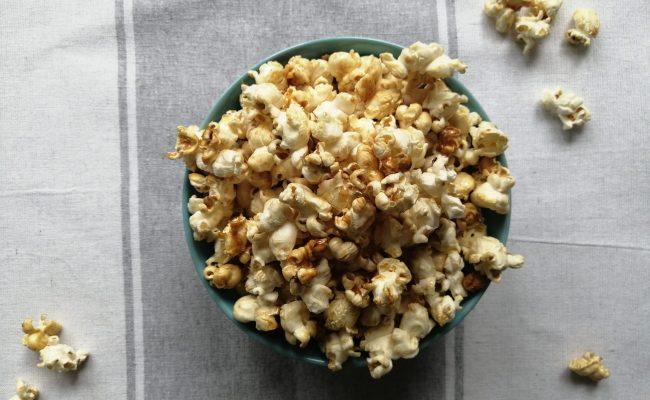 Camping Snack: BBQ- und Butter-Karamell-Popcorn