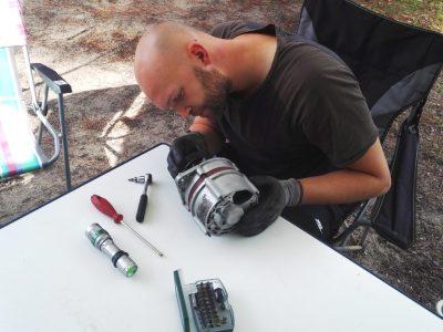 Lichtmaschine und Tools für VW Bulli auf Tisch in Frankreich