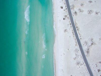 Straße über Strand neben Meer